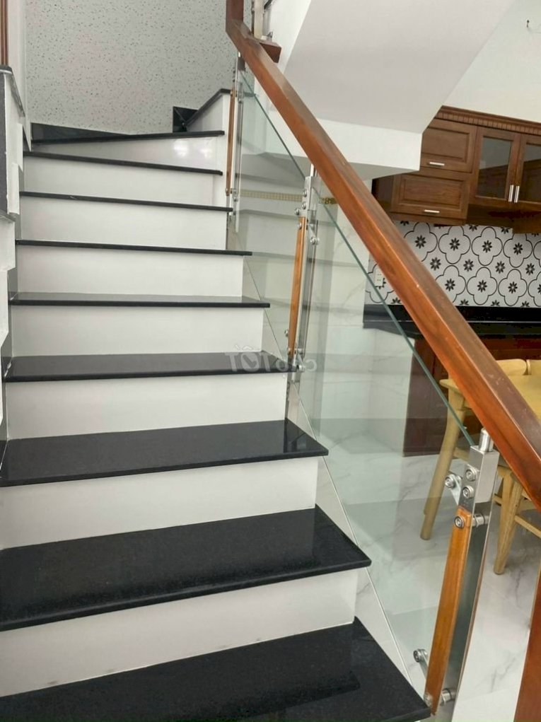 Cho thuê nhà mới hẻm 493/10B CMT8 P13 Q10