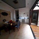 Nhà q9 có 5 phòg ngủ,3m, lạnh,bàn ghế p,khách,p,ăn