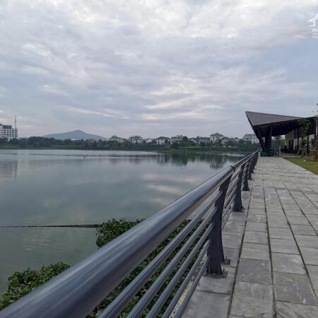 Đường chạy bộ thể dục ven hồ
