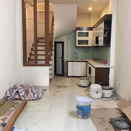 Nhà 5 tầng 36 m2 phố Cầu Giấy nhà mới đẹp ở ngay gần ô tô, giá 4.5 tỷ- Ảnh 1
